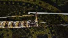 Под следующий столбик вяжем лицевой рельефный столбик с накидом. Под следующий - изнаночный рельефный столбик.