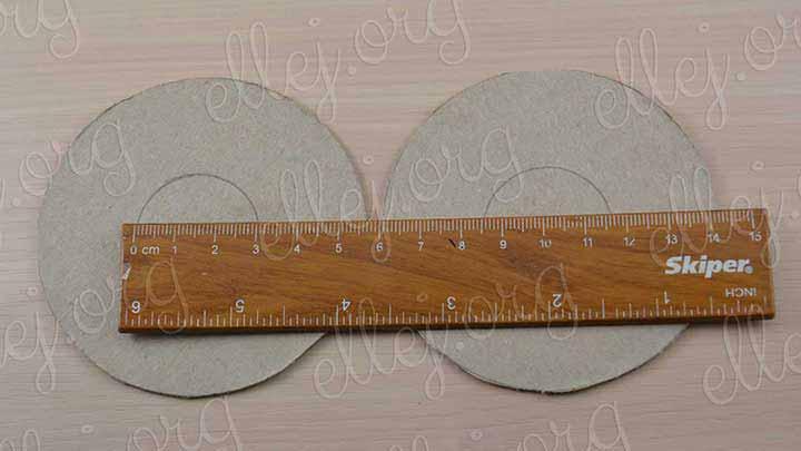 Приготовьте 2 картонных кружка по 8 см в диаметре. Внутренний кружок - 3 см.