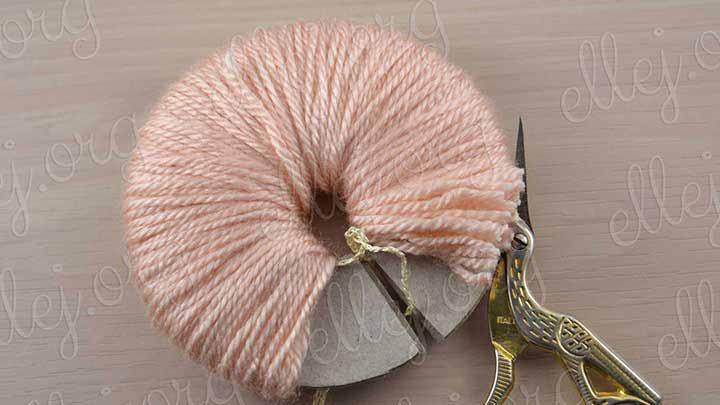 Разрезаем и стягиваем ворсинки шелковой цепочкой очень крепко.