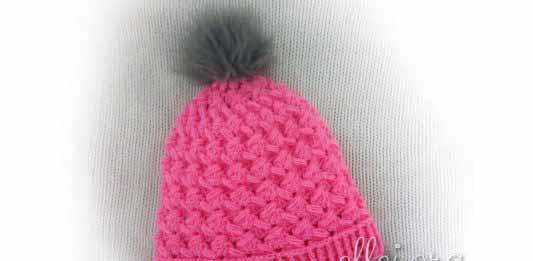Розовая шапка крючком для девочки из пышных зиг-загов